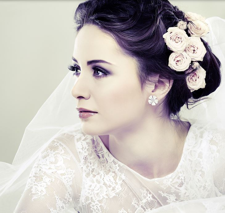 Wedding Hairstyle Updo Veil: Elegant Winder Bridal Hairstyle With Fresh Roses On Low