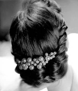 Traditional_bride_updo_with_big_clip