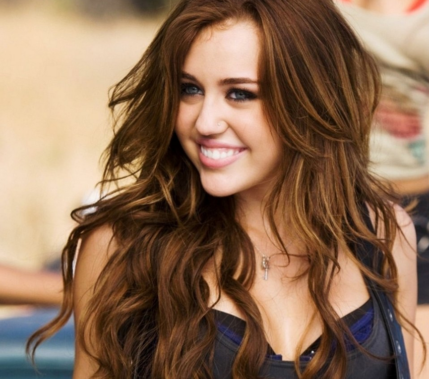 Miley Cyrus With Her Sexy Celebrity Hairstyle With Full Of Waves And ...
