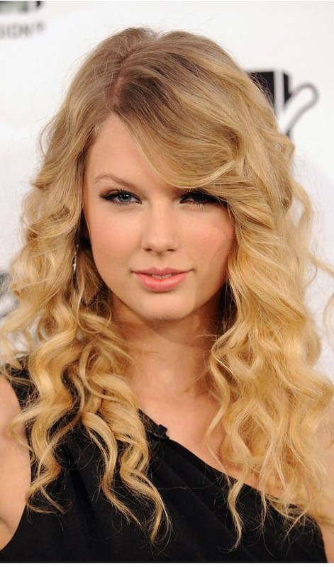 Sexy singer Taylor Swift image with her curls hairstyle with side