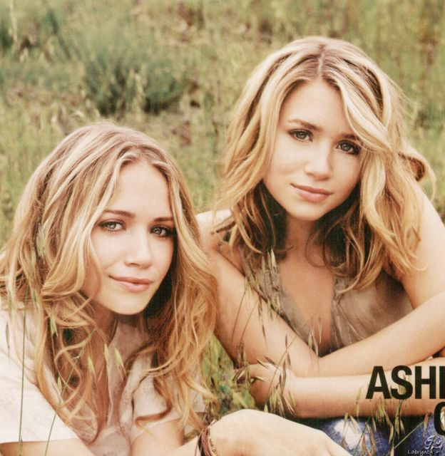 Mary Kate And Ashley Olsen With Long Wavy Hairstyle Blonde