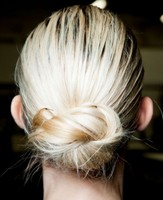 Prom hairdo with low knot with highlights