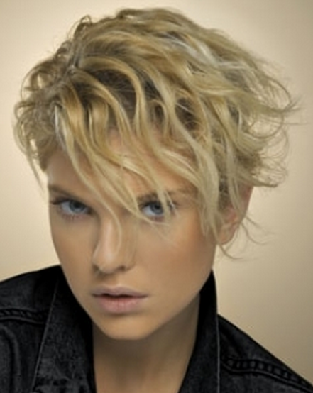 Women sexy short hairstyle with wavies picture